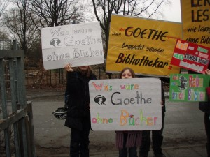 Vor dem Schultor mit Plakaten